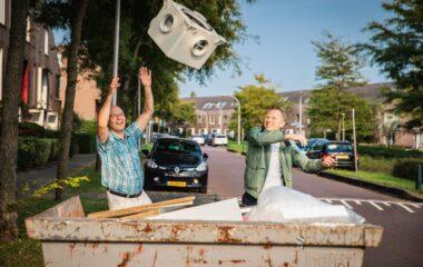 Wouter En Erik gooien oude ventilator weg
