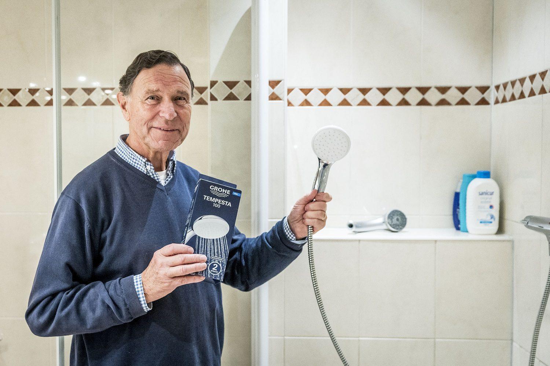 Hans Kroemer met douchekop Direct bespaaractie